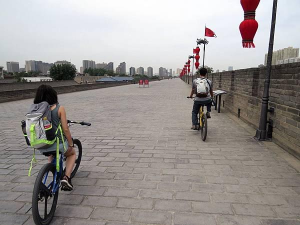 騎單車環遊城牆