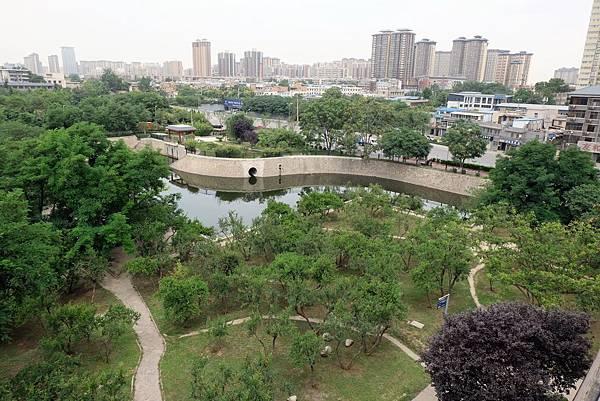西安城牆上看護城河公園