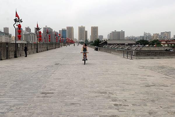城牆上騎單車