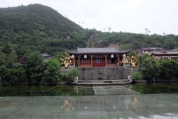 華清宮景區位於驪山下