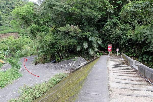河堤步道下河床方向