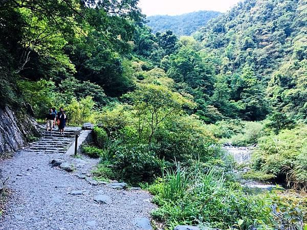 新寮瀑布步道沿新寮溪上溯