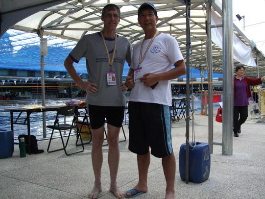 馬禮遜游泳隊施約翰(左)/中央里林詞成
