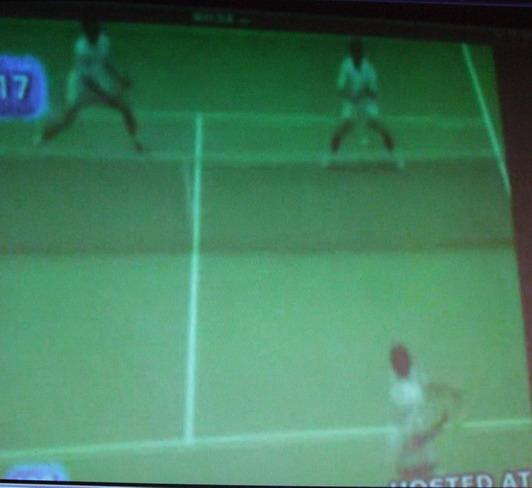 場景(2) : 不知何因此燕子又從右邊回轉往左邊飛行 ~ 不巧被球擊中