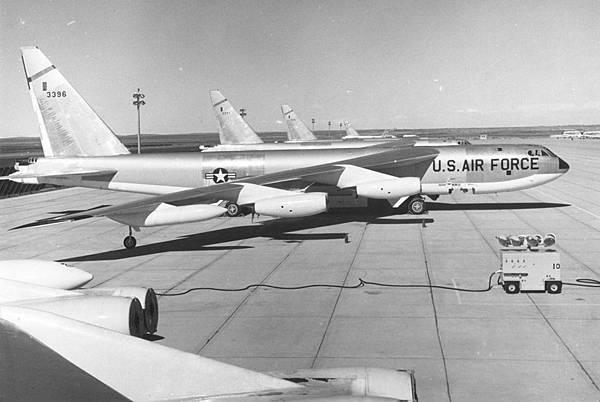 Boeing_B-52Bs_061127-F-1234S-005.jpg