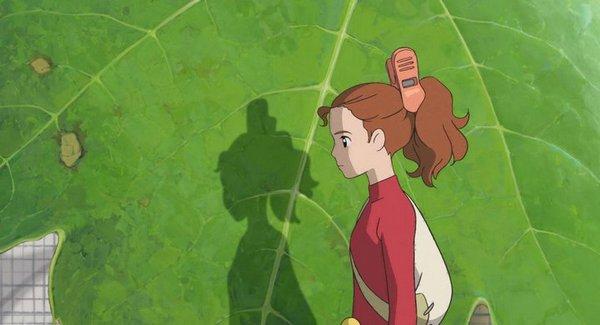 艾莉緹不想被翔看到,所以躲在葉子後面說話