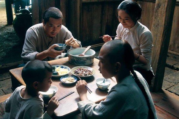劉金喜一家人開心的吃飯