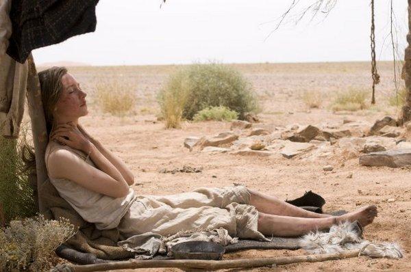Irena和大家發現水井,放鬆的休息