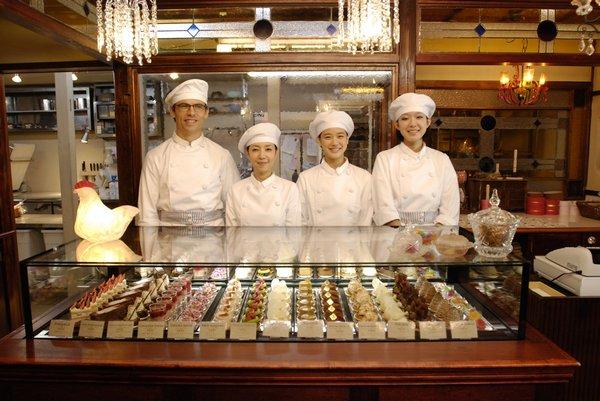 開店時大家充滿笑容,左起為男同事、店長、夏目、女同事