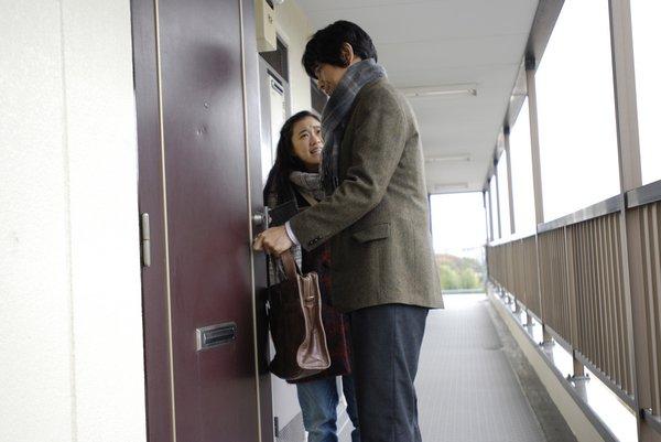 她到十村家門前等他,請他幫忙晚宴