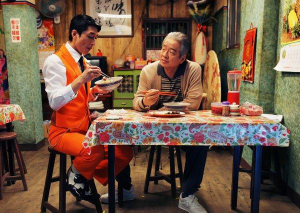 豹哥與阿洪在小吃店