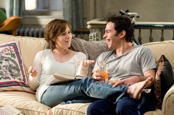 Julie和Eric在沙發上聊天