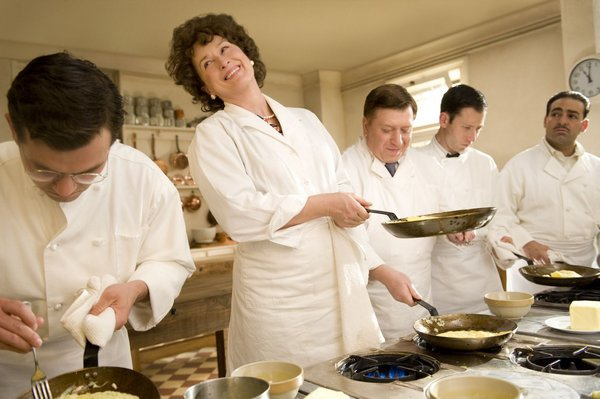Julia在上課時完成平底鍋料理的翻面技巧,得意的笑著