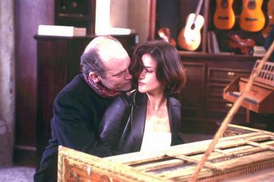 Ripley在買來的古琴前和妻子調情