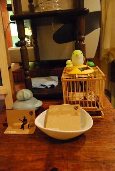 吧檯有好多可愛小鳥