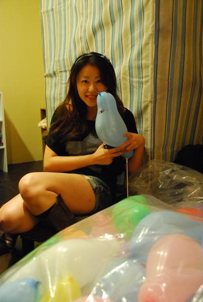 多些休假中的Cathleen來幫我畫小鳥氣球