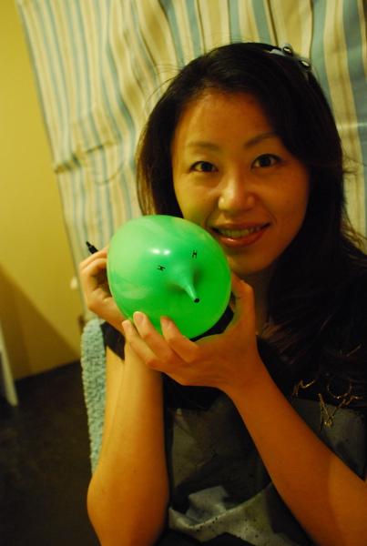 用心的她把毎個氣球都畫上不同表情,有的還有衣服ㄌㄟ
