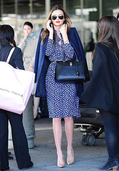 miranda-kerr-spotted-with-handbag-samantha-thavasa-azayle-lock-bag-celebrity-photos-style-handbag.jpg
