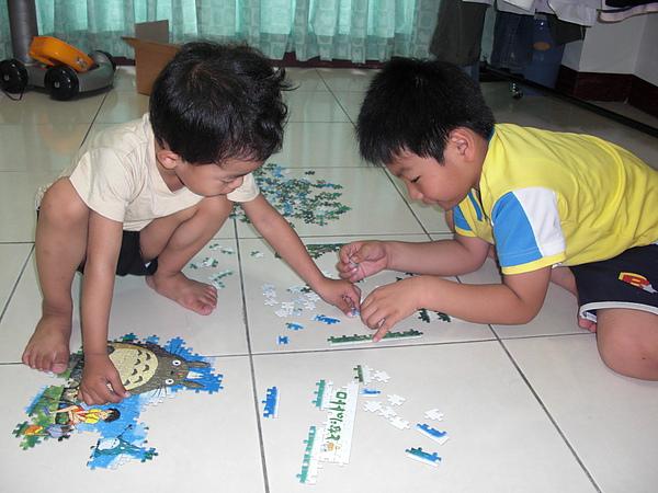 下雨天  在家玩拼圖