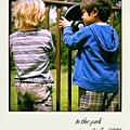 和公園裡的小孩一起玩