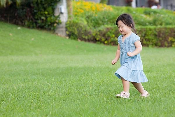 娜娜在家裡樓下草地跑跑跑