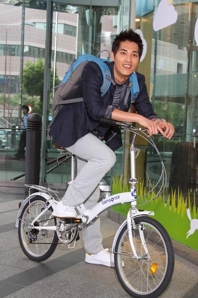 藍正龍騎腳踏車現身Samsonite愛地球活動會場響應環保減碳運動.JPG
