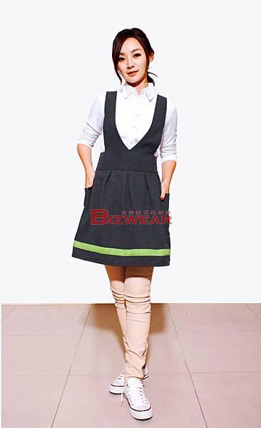 灰打摺芥茉綠配色洋裝圍裙.jpg