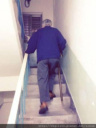 12外公爬樓梯.jpg