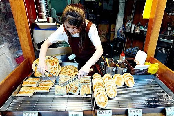 一中街銅板美食 下午茶點心月亮蝦餅 餡餅 韭菜盒子 傳統小吃 麵食 泰式料理 學生美食 平價 有間餅店DSC05484.JPG