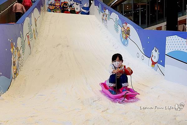 宇宙喵樂園 樂雪公園 大魯閣新時代購物中心 台中玩雪 親子樂園 滑雪 期間限定 仿真雪 滑雪圈雪盆 室內雪場 親子套票1DSC068841DSC07028.JPG