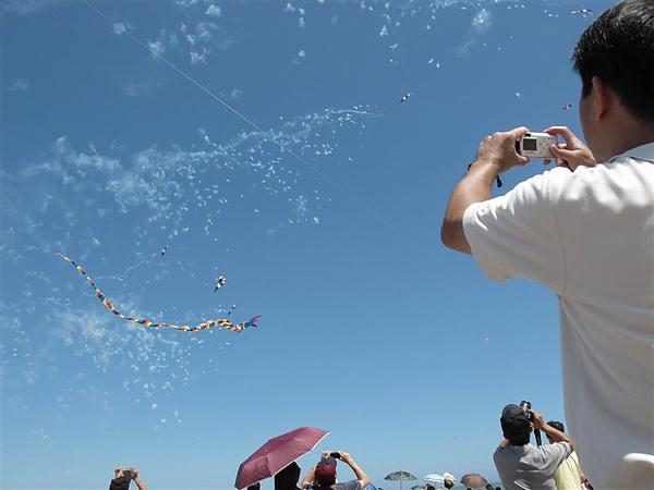 20100926 風箏節 結合鞭炮的風箏表演.JPG