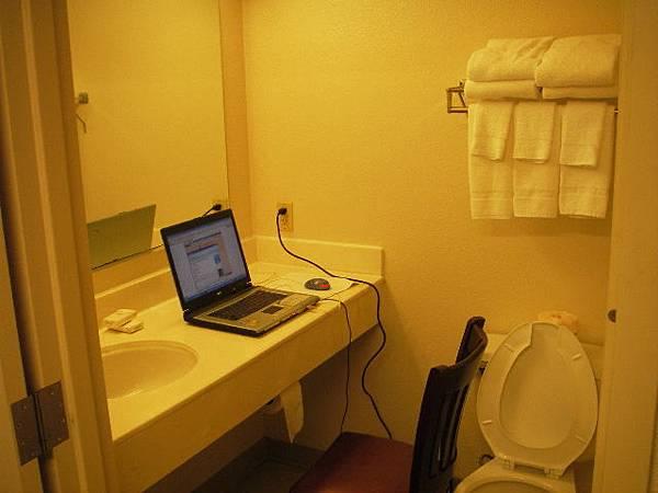 躲在廁所上網的我,因為這裡wireless收訊最好...