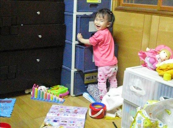 2012.04.02-01又跑去親櫃子