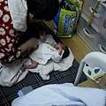 2012.05.04-01婆婆幫弟弟洗澡