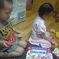 2012.05.25-02謝謝小薇來看我還帶了可愛禮物給小小希
