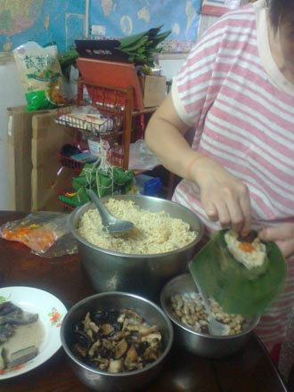 2012.06.17-01婆婆包粽子中