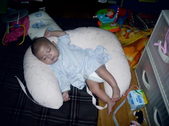 """2012.07.28-01睡在授乳枕上(我之前不知道為何居然打睡在""""溢乳墊""""上...笑死我了)"""