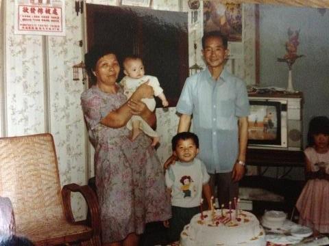 1985.06月-外婆抱著五個月的我