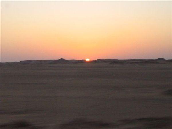 往Abu Simbel的日出1(2007.03.18).JPG