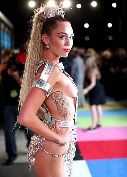 miley-cyrus-arrives-at-the-2015-mtv-video-music-awards-1440980054-custom-0