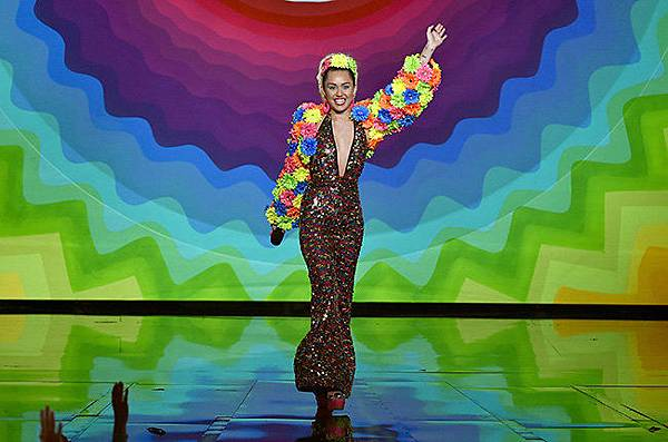 miley-cyrus-intro-2-mtv-vma-2015-show-billboard-650