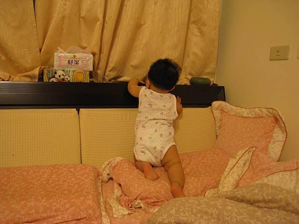 小乖開始爬床頭櫃啦