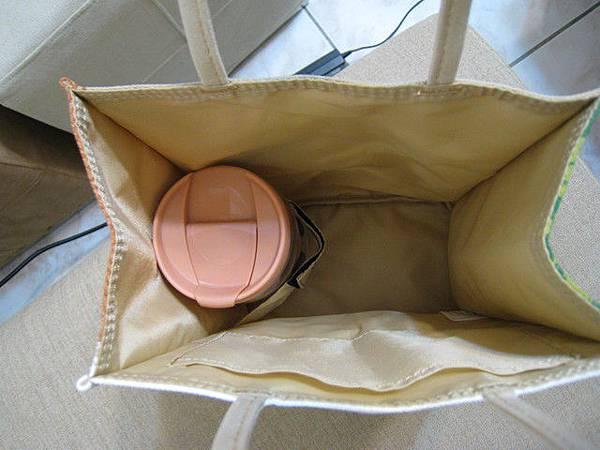 袋子裡有固定杯子的設計,很貼心