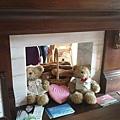 一進門就有舒服的沙發和可愛的小熊布置