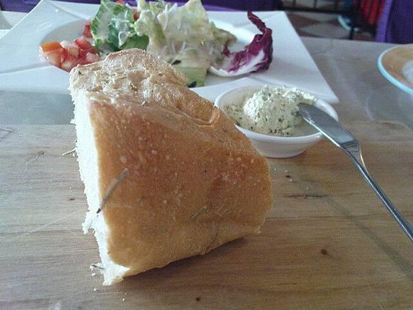 第一道是烤法國麵包,蘸大蒜奶油