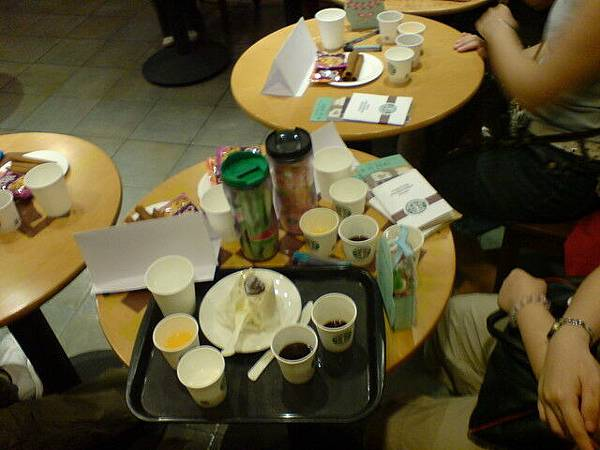 品嚐大會開始,喝了週年慶咖啡豆和果汁、可樂、牛奶