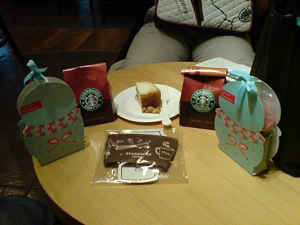今天的戰利品:兩包糖果、兩包咖啡豆、楓糖肉桂捲和隔熱套