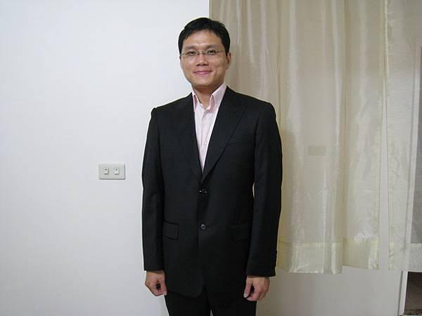 嘉裕的西裝外套和長褲,版型不錯,質料超柔軟卻很挺