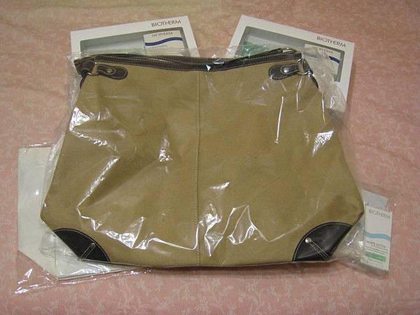 滿額贈之一:超大的麂皮包包