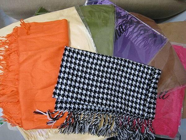 一條千鳥格紋+六條純色披肩圍巾,一條80喔!